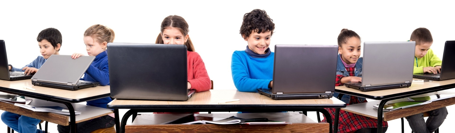 Glückliche Schüler im Unterricht mit ihren Laptops